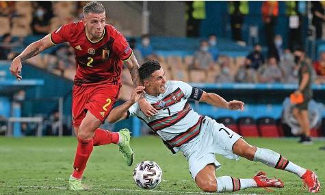 ?? AFP ?? Kein Durchkommen für Cristiano Ronaldo: Belgien mit Toby Alderweireld schoss Titelverteidiger Portugal aus dem Turnier.