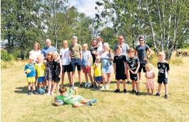 ?? Bild: Lina Salomonsson ?? För två år sedan tog kommunen bort fotbollsmålen från gräsplanen vid Hjortvägen/rönnvägen på Furet. Nu har barnfamiljer i området tagit initiativ för att få tillbaka målen.