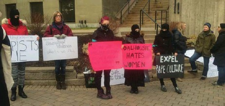 ?? SHERRI LEE PHOTO ?? Protesters outside Dalhousie University's dentistry building on Dec. 19 demand the expulsion of 13 student members of a Facebook group responsibl­e for sexual comments about female classmates.