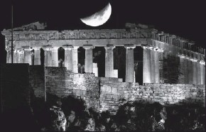 ??  ?? A crescent moon is seen over the Parthenon atop Athens' ancient Acropolis Tuesday.