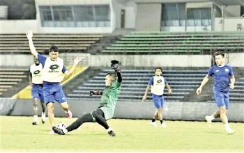 ??  ?? Sabah goalkeeper Rozaimie Rohim tackles striker Hamran Peter as defender Rawilson Batuil assess the situation during Sabah FC training at the Likas Stadium on Wednesday. - Photo source Sabah FC