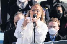 ?? Arkivbild: AP/TT ?? Artisten Jennifer Lopez fyller 52 år i dag, här under USA:S president Joe Bidens installation tidigare i år.