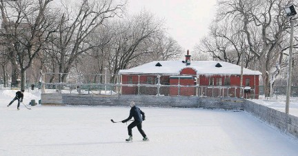 ?? ALLEN MCINNIS, MONTREAL GAZETTE FILES ?? An outdoor rink at N.D.G. Park is the site of this classic 2013 Canadian winter scene.