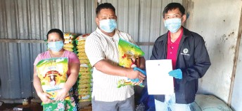 ??  ?? Kanyan (right) hands over the food donations to Joseph, who represents the Penan community of Long Luar in Murum.