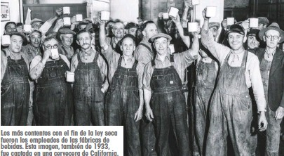 ??  ?? Los más contentos con el fin de la ley seca fueron los empleados de las fábricas de bebidas. Esta imagen, también de 1933, fue captada en una cervecera de California.