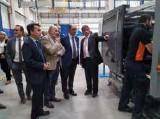 ?? Luis Sanfiz, director de planta, explica el funcionamiento de la planta al presidente aragonés, Javier Lambán. ?? FOTO: SIGIT