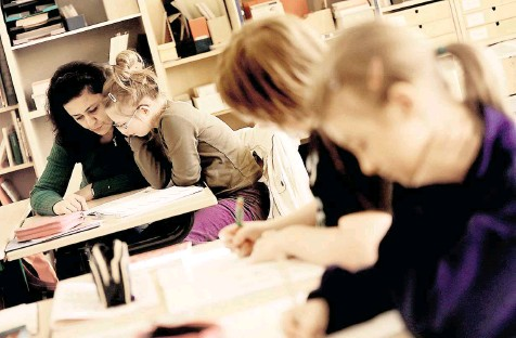 """??  ?? """"Meine Tochter braucht jemanden, der neben ihr sitzt und noch mal alles erklärt"""": An vielen Schulen fehlen Sonderpädagogen. Kommen jetzt Erzieher?"""