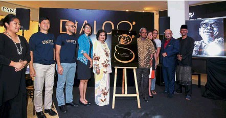 ??  ?? Collaboration: Tunku's eldest daughter Tunku Khadijah Tunku Abdul Rahman (fifth from left) posing with contributors (from left) Rojak Projek co-founder Faye Lim, Projek57 founders Collin Swee and Syed Sadiq Albar, Institute for Democracy and Economic...