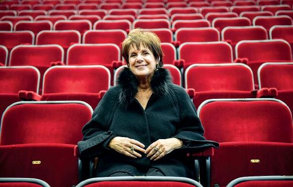 ?? (foto Furlan/Lapresse) ?? Ecologista Lella Costa nella platea del teatro Parenti dove da giovedì tornerà in scena con una versione rivisitata del suo spettacolo «Traviata»