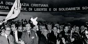 ??  ?? Congresso Nel 1982, a Roma, Nella foto tra gli altri De Mita, Fanfani, Piccoli e Andreotti (Contrasto)