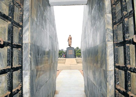 ??  ?? LOOKING BACK A statue of Ghana's first president Kwame Nkrumah, seen from his mausoleum at Nkrumah Memorial Park.