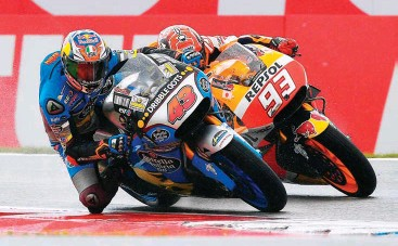 ??  ?? Miller (43) and Marquez (93) had a tough fight but eventualy Miller triumphed