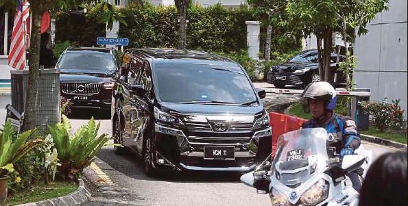 ?? (Foto Khairul Anuar Rahim/ BH) ?? Kediaman Tan Sri Muhyiddin Yassin di Bukit Damansara, Kuala Lumpur, menjadi tumpuan apabila beberapa anggota Kabinet dan pegawai tertinggi kerajaan mengadakan pertemuan di rumah Perdana Menteri, semalam. Ia susulan kenyataan Presiden UMNO, Datuk Seri Dr Ahmad Zahid Hamidi yang mengumumkan parti itu menarik sokongan kepada Tan Sri Muhyiddin Yassin berkuat kuasa serta-merta dan meminta Perdana Menteri meletak jawatan.