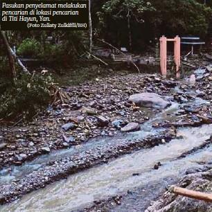 ?? (Foto Zuliaty Zulkiffli/bh) ?? Pasukan penyelamat melakukan pencarian di lokasi pencarian di Titi Hayun, Yan.