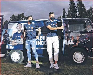 ??  ?? Como era una autocine, Montillo fue uno más del público que vio la presentación en su camioneta, por los resguardos sanitarios.