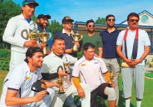 ?? Courtesy: Organisers ?? The winners and runners-up captains along with ■ individual award winners and the organisers of the 18th UAE National Day tournament in Dubai.