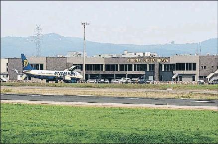 ?? PERE DURAN / NORD MEDIA /ARCHIVO ?? El aeropuerto de Vilobí d'Onyar recibió el año pasado 1,6 millones de pasajeros