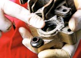 ??  ?? Dirty or corroded pistons can easily tear seals