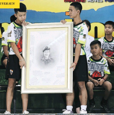 ?? LILLIAN SUWANRUMPHA/AFP/GETTY IMAGES ?? Members of the Wild Boars soccer team pay tribute to former Thai Navy SEAL diver Saman Kunan, who died helping prepare their rescue operation, at a press conference in Chiang Rai, Thailand, on Wednesday. It marked the first time the team has appeared...