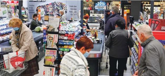 ?? Foto Leon Vidic ?? Včeraj v trgovinah ni manjkalo kupcev. Prihodnjo nedeljo pa se bodo med policami morda sprehajali le zaposleni, ki bodo pripravljali pakete za dostavo na dom.