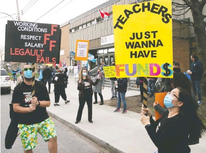 ?? PIERRE OBENDRAUF ?? Teachers from Lasalle Community Comprehensive High School protest against lagging contract talks with the Quebec government on Wednesday. Quebec teachers are lobbying for smaller class sizes, more support for students with learning difficulties and better wages.