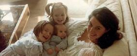 ??  ?? Le sorelle La madre Joannie, seduta sul divano con il piccolo Mika in grembo, abbracciata dalle figlie Yasmine e Paloma, oggi collaboratrici creative dell'artista (foto Mika)