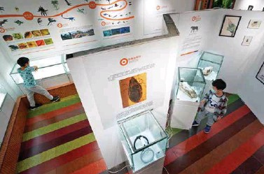 """??  ?? 小读者参观位于中关村图书大厦的""""石探记""""博物馆"""