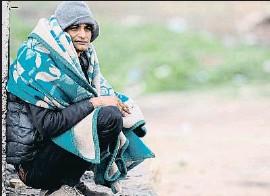 ?? TOLGA BOZOGLU / EFE ?? Una migrante pakistaní en la frontera entre Grecia y Turquía