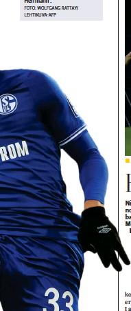?? FOTO: WOLFGANG RATTAY/ LEHTIKUVA-AFP ?? Tyskfinska Malick Thiaw (t.h.) och hans Schalke tvingas ta steget ner i 2. Bundesliga och en oviss framtid. T.v. Mönchengladbachs Patrick Herrmann .