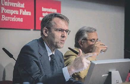 ??  ?? Foto de los ponentes ( izquierda) y Oriol Amat (sobre estas líneas), autor de el estudio 'El gasto funerario en la ciudad de Barcelona'.