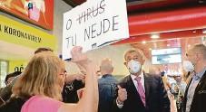 ??  ?? Proti očkování Na nádraží čekala na premiéra Andreje Babiše žena s transparentem s nápisem O virus tu nejde. O očkování vedli diskusi.