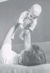 ??  ?? Папа тоже может взять оплачиваемый отпуск по уходу за малышом.