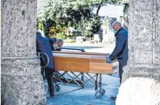 ?? FOTO: CLAUDIO FURLAN/DPA ?? In der norditalienischen Stadt Bergamo wurde im März fast alle 30 Minuten eine Beerdigung abgehalten.