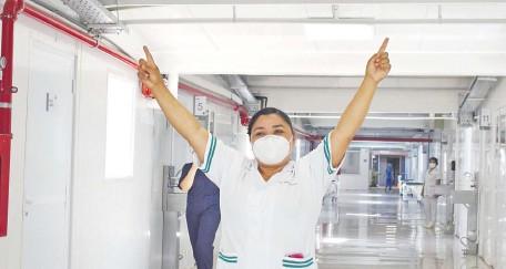 ??  ?? Miriam Arrúa, del Hospital Nacional, fue la primera profesional de salud en recibir la vacuna Sputnik V en Paraguay. La inoculación fue realizada por el ministro de Salud, doctor Julio Mazzoleni.
