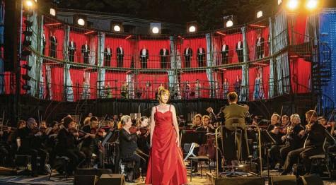 """?? Foto: Jan‰Pieter Fuhr ?? Sally du Randt mit Verdis """"Ave Maria"""", dem Abschiedsgesang der Desdemona aus """"Otello""""."""