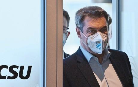 ??  ?? CSU-Chef Markus Söder nach der Entscheidung in der K-Frage für Armin Laschet. Dahinter CSU-Generalsekretär Markus Blume. Foto: Peter Kneffel/dpa