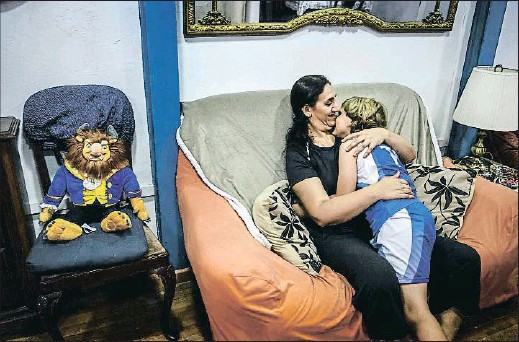 """?? DAVID AIROB ?? Karima abraza a su hijo, que ha sonreído por primera vez en toda la tarde, después de escuchar que no debe preocuparse por el futuro y que nunca se quedará sin casa porque """"la mejor casa para un niño es el corazón de su madre"""""""