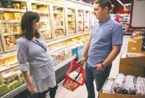 ??  ?? Vladimir Ciobotaru and his wife, Claudia-Ana Ciobotaru, buy groceries in Bucharest, Romania, before the birth of their baby.