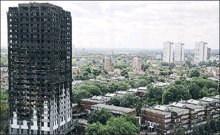 ?? FRANK AUGSTEIN / AP ?? La torre Grenfell, destruida por el fuego, no es la única con el revestimiento peligroso