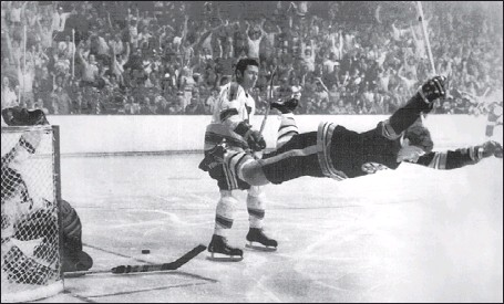 ?? GAZETTE FILES ?? Bru­ins' Bobby Orr goes air­borne af­ter his fa­mous goal in the 1970 Stan­ley Cup fi­nal against the St. Louis Blues.