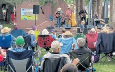 ?? Courtesy photo ?? The crowd enjoys the music of Halden Wofford & the HiBeams at the Sandstone Summer Concert Series in 2019 in Lyons.