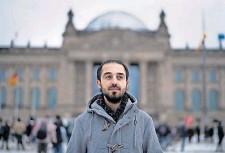 ?? FOTO: AP ?? Tareq Alaows wollte in den Bundestag, für die Grünen, zog sich dann aber zurück: zu viel Hass, zu viele Morddrohungen. Auch deshalb tritt Shoan Vaisi an.