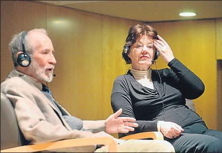?? JORDI ROVIRALTA ?? Anne Perry, con Paco del Pino, en la biblioteca Jaume Fuster de Barcelona
