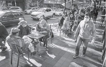 ?? IGNACIO BLANCO / LOS ANDES ?? EN LA CALLE. La pandemia y las restricciones a las actividades afectaron los bolsillos. Sillas ocupadas, mesas casi vacías.