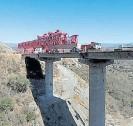 ??  ?? VÉRTIGO. Las pilas y los tableros de los viaductos, a gran altura.