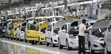 ?? File/reuters ?? ↑ Workers assemble cars inside the Hyundai Motor India plant at Kancheepuram district in Tamil Nadu, India.
