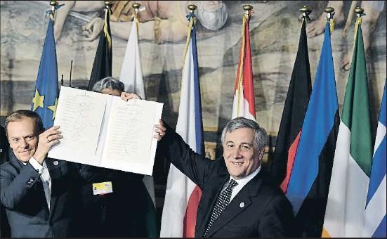 ?? TIZIANA FABI / AFP ?? Amb la mateixa ploma que el 1957. El president del Consell Europeu, Donald Tusk (esquerra), i el president del Parlament Europeu, Antonio Tajani, sostenen la nova declaració de Roma firmada ahir 60 anys després