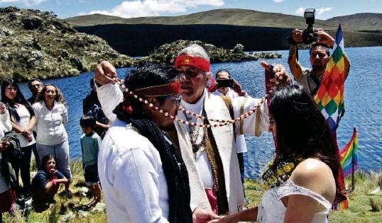 ?? JOHNNY GUAMBAÑA ?? ►QUIMSACOCHA, Azuay. El yachak Yuru Parayaku les puso a los novios un collar de maíz durante la ceremonia de la boda ancestral.
