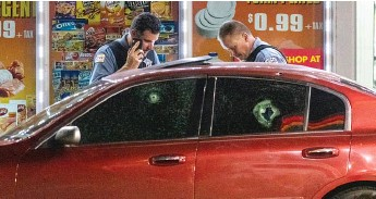 ?? TYLER LARIVIERE/SUN-TIMES ?? Chicago police investigate the Aug. 28 shooting that killed 21-year-old Jamil Williamson at a Humboldt Park gas station.