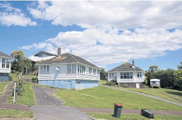 ?? BLOOMBERG ?? State houses stand in the suburb of Orakei in Auckland. Built in the last century for low-income tenants, the houses are soaring in value because of their generous land sizes and proximity to the city.
